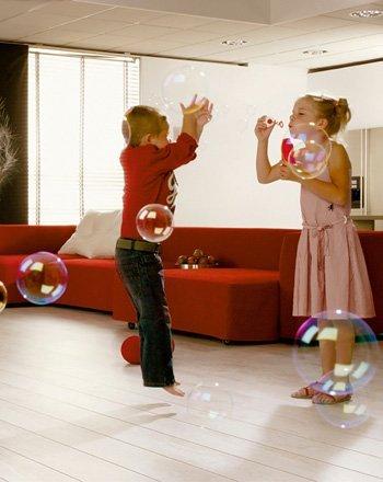 Spelende kinderen op laminaat