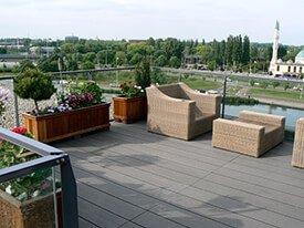 Composiet dakterras met houten plantenbakken