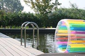 Composiet terras met een natuurbad