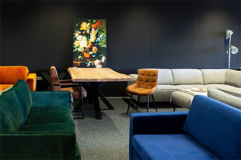 Hoekbanken en rechte bankstellen in de showroom van HomingXL in Utrecht